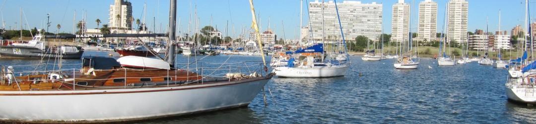 Veleros amarrados en un puerto