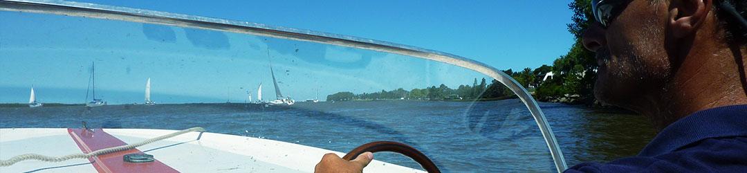 Aprendiendo a manejar una lancha a motor por el Río de la Plata